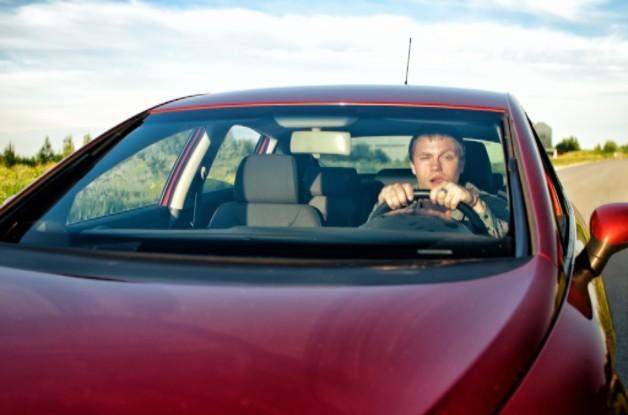 hombre ebrio conduciendo